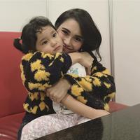 Duh, siapa sih yang tidak ingin dipeluk sama ibu. Jadi ingat ibu di rumah. (Foto: instagram.com/ayutingting92)