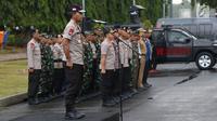 Kapolda Metro Jaya, Irjen Pol Idham Azis saat memimpin apel kesiapan pengamanan malam pergantian tahun di kawasan Silang Monas, Jakarta, Senin (31/12). Apel diikuti semua unsur pengamanan. (Liputan6.com/Helmi Fithriansyah)