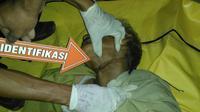 Korban gantung diri dievakuasi petugas kepolisian Polsek Ilir Timur II Palembang (Liputan6.com/Nefri Inge)