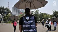 Massa dari Komite Warga Sentul City mengenakan payung hitam dalam aksi di depan Istana Negara, Senin (30/4). Mereka meminta proses hukum terhadap pengembang perumahan Sentul City karena diduga terjadi penguasaan pengelolaan air (Merdeka.com/Iqbal Nugroho)
