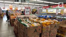 Pengunjung berbelanja di pusar perbelanjan di Tangerang, Minggu (13/12/2020). Diharapkan dengan agenda pengadaan vaksin dan pelaksanaan vaksinasi Covid-19 pada tahun depan dapat mempercepat pemulihan sekektor tersebut. (Liputan6.com/Angga Yuniar)