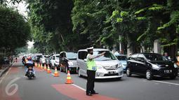 Kendaraan mulai melintas saat ujicoba rekayasa lalu-lintas di Jalan Tugu Proklamasi, Jakarta, (23/5/2016). Rekayasa dilakukan mengingat banyak pelanggaran lawan arus di lokasi karena imbas kemacetan di Jl Diponegoro arah RSCM. (Liputan6.com/Faizal Fanani)