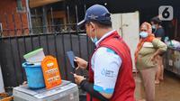 Petugas PLN memeriksa kWh meter listrik usai banjir melanda perumahan Ciledug Indah, Tangerang Baten, Senin (21/2/2021).Kedatangan para petugas PLN ini guna memastikan kWh meter berfungsi dengan baik dan dapat mengukur normal. (Liputan6.com/Angga Yuniar)