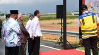 Presiden Jokowi meresmikan sebagian ruas tol Balikpapan-Samarinda (Liputan6.com / Abelda Gunawan)