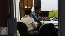 Penyidik Bareskrim Mabes Polri memeriksa kantor Pertamina Foundation di Simprug terkait dugaan penyalahgunaan anggaran program tahun 2013 hingga 2014, Jakarta, Senin (1/9/2015). (Liputan6.com/Yoppy Renato)