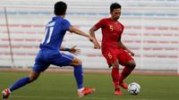 Bek Timnas Indonesia U-22, Bagas Adi, mengirim umpan saat melawan Thailand U-22 pada laga SEA Games 2019 di Stadion Rizal Memorial, Manila, Selasa (26/11). Indonesia menang 2-0 atas Thailand. (Bola.com/M Iqbal Ichsan)