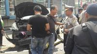 Massa mengeroyok pengendara Grand Livina hitam di kawasan Hayam Wuruk, Jakarta Barat. (Dok: Polisi)