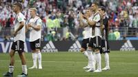 Para pemain Jerman tampak lesuh menyapa suporter usai dikalahkan Meksiko pada laga Grup F Piala Dunia di Stadion Luzhniki, Moskow, Minggu (17/6/2018). Jerman kalah 0-1 dari Meksiko. (AP/Matthias Schrader)