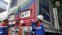 Petugas mempersiapkan selang gas untuk Bus BRT Trans Semarang di Pelataran Parkir Patra Jasa Semarang, Rabu (9/1). Sejumlah bus mulai beralih menggunakan Bahan Bakar Gas (BBG)  pada bus sedang (medium) . (Liputan6.com/Gholib)