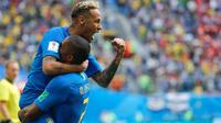 Penyerang Brasil, Neymar rekan setimnya, Douglas Costa merayakan gol ke gawang Kosta Rika pada akhir pertandingan Grup E di St Petersburg, Rusia Jumat (22/6). Pada laga ini Neymar berhasil mencetak gol perdana di Piala Dunia 2018. (AP/Dmitri Lovetsky)