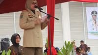 Menteri Ketenagakerjaan Ida Fauziyah saat menjadi Pembina Upacara Bulan K3 tahun 2020 yang dilaksanakan di lapangan PTPN V, Pekanbaru, Provinsi Riau, pada Jumat, (14/2).