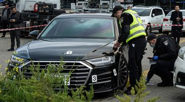 Polisi mengumpulkan barang bukti di dekat mobil Serhiy Shefir, asisten pertama Presiden Volodymyr Zelenskiy, yang ditembak di dekat Kyiv, Ukraina, 22 September 2021. (Evgeniy Maloletka/AP)
