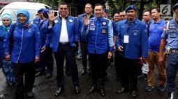 Sekjen Hinca Panjaitan (kedua kiri) dan Badan Pemenangan Pemilu Partai Demokrat Ibas Edhie Baskoro Yudhoyono (tengah) berfoto bersama saat mendaftarkan partainya ke Komisi Pemilihan Umum (KPU) Jakarta, Senin (16/10). (Liputan6.com/JohanTallo)