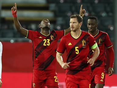 Pemain Belgia, Michy Batshuayi merayakan gol pertamanya ke gawang Swiss dalam pertandingan uji coba Internasional di Stadion King Power, Belgia, Kamis (12/11/2020) dini hari WIB. Belgia mengalahkan Swiss 2-1. (AP Photo/Francisco Seco).