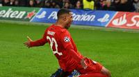 Winger Bayern Munchen, Serge Gnabry melakukan selebrasi usai mencetak gol ke gawang Chelsea. Ia mencetak dua gol untuk membantu menang di Stamford Bridge dengan skor 3-1 pada leg pertama babak 16 besar Liga Champions 2019-2020. (Dok. Bayern Munchen)