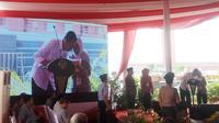 Masayu Ida, nenek berusia 76 tahun membisiki keinginannya kepada Presiden RI Joko Widodo (Liputan6.com / Nefri Inge)