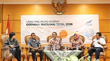 Kepala LAPAN Thomas Djamaluddin (tengah) bersama pembicara lain dalam acara launching hitung mundur Gerhana Matahari Total di Jakarta, (14/1). Pada 9 Maret 2016, Indonesia akan melihat fenomena Gerhana Matahari Total. (Liputan6.com/Immanuel Antonius)