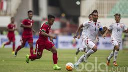 Pemain Timnas Indonesia U-22 Febri Haryadi berusaha melewati hadangan pemain Myanmar pada laga uji coba di Stadion Pakansari, Selasa (21/3/2017). Indonesia sementara bermain imbang 1-1. (Bola.com/Vitalis Yogi Trisna)