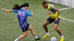 Bintang sepak bola Brasil, Neymar (kanan) mencoba menggocek lawan dalam turnamen untuk badan amal Neymar Junior Project Institute di Praia Grande, Sao Paulo, Brasil, Sabtu (21/7). (AP Photo / Nelson Antoine)