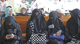 Istri komedian Caisar, Indadari (kedua kiri) bersiap menjalani sidang mediasi di Pengadilan Agama Depok, Jawa Barat, Selasa (31/10). Sidang Cerai Indadari dengan Caisar dengan putusan mediasi yang tidak dihadiri Caisar. (Liputan6.com/Herman Zakharia)