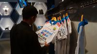 Calon pembeli jersey Persib di lantai dua Graha Persib, Jalan Sulanjana, Kota Bandung. (Bola.com/Erwin Snaz)