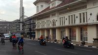 Sejumlah pengendara melintas di Jalan Asia Afrika di Kota Bandung, Jumat (11/9/2020). (Liputan6.com/Huyogo Simbolon)
