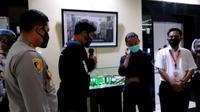 Brigadir NP meminta maaf kepada pendemo yang dibantingnya. (Liputan6.com/Pramita Tristiawati)
