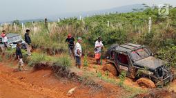 Jeep peserta jurnalis 4x4 terjebak dalam lumpur selama Fastron Weekend Drive-Dasa Warsa Jurnalis 4X4 di Depes Offroad Track, Desa Pelangi, Sentul, Bogor, Jabar (26/11). Kegiatan ini diikuti ratusan peserta dari 13 klub otomotif. (Liputan6.com/HO/Tatan)