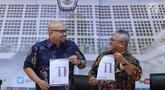 Ketua KPU RI, Arief Budiman (kanan) bersama Ilham Saputra merilis 32 Caleg Berstatus Mantan Terpidana Korupsi, Jakarta, Selasa (19/2). Sebelumnya (30/1), KPU pernah merilis 49 Caleg Berstatus Mantan Terpidana Korupsi. (Liputan6.com/Helmi Fithriansyah)