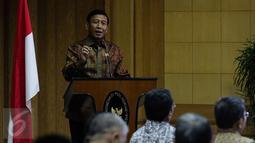 Menko Polhukam Wiranto memberi arahan dalam silaturahmi seluruh tokoh lintas agama dari seluruh agama dan ormas keagamaan di Kemenkopolhukam, Jakarta, Senin (21/11). Acara itu guna mempererat silaturahmi antar umat beragama. (Liputan6.com/Faizal Fanani)