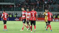 Para pemain Madura United tampak sedih setelah harus mengalami kekalahan 0-2 dari Persipura Jayapura dalam laga pekan ke-26 Shopee Liga 1 2019 di Gelora Bangkalan, Minggu (3/11/2019). (Bola.com/Aditya Wany)