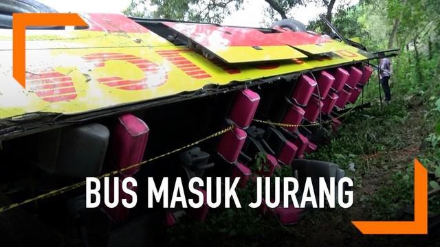 Diduga sopir yang lengah dan jalan yang licin menjadi penyebab bus Bima Suci Masuk Jurang di Tol Cipularang. Kecelakaan tersebut menyebabkan 7 meninggal dan 27 orang luka-luka