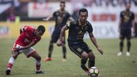 Gelandang Borneo FC, Sultan Samma, berusaha melewati gelandang Persija, Ramdani Lestaluhu, pada laga Liga 1 di Stadion Patriot Bekasi, Jawa Barat, Minggu (16/7/2017). Persija menang 1-0 atas Borneo FC. (Bola.com/Vitalis Yogi Trisna)
