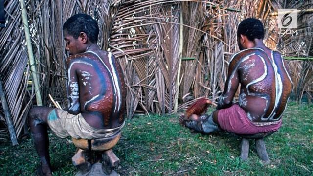 Remaja pria Suku Cahmbri di Papua Nugini menjalani tradisi skarifikasi. Dimana kulit mereka  akan dilukai menyerupai sisik buaya.