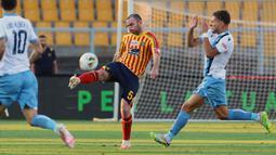Pemain Lecce, Fabio Lucioni, melepaskan tendangan saat melawan Lazio pada laga Serie A di Stadion del Mare, Selasa (7/7/2020). Lecce menang 2-1 atas Lazio. (Donato Fasano/LaPresse via AP)