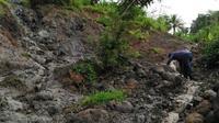 Longsor di Babakan Kecamatan Karangpucung menutup akses ke Desa Karangsari Kecamatan Cimanggu, Cilacap. (Foto: Liputan6.com/BPBD Cilacap/Muhamad Ridlo)