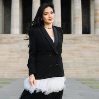 Di tangan istri Christian Sugiono baju bewarna hitam menjadi gaya OOTD yang stylish. Menggunakan blazer yang dikombinasikan dengan warna putih, penampilan ibu dua anak ini terlihat elegan. (Liputan6.com/IG/@titi_kamall)