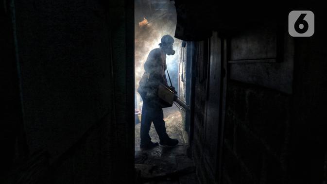 Petugas melakukan pengasapan atau fogging untuk membasmi nyamuk demam berdarah dengue (DBD) di kawasan Kebayoran Lama, Jakarta Selatan, Kamis (14/11/2019). Fogging dilakukan untuk mengantisipasi perkembangbiakan nyamuk DBD. (Liputan6.com/JohanTallo)