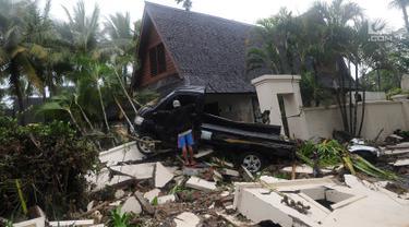 Mobil bak terbuka terseret pasca gelombang Tsunami Anyer di Tanjung Lesung Beach Resort, Pandeglang, Banten (23/12). BNPB mencatat hingga Minggu, pukul 16.00 WIB 222 orang meninggal dunia, 843 luka-luka dan 28 orang hilang. (merdeka.com/Arie Basuki)