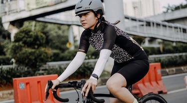 Bukan rahasia lagi jika Febby Rastanty termasuk aktris yang suka berolahraga. Olahraga yang kerap dilakukan wanita kelahiran 1 Februari 1996 ini adalah bersepeda. Gayanya saat bersepeda pun curi perhatian, ia terlihat tetap stylish.(Liputan6.com/IG/@febbyrastanty)