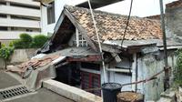Rumah usang yang berdiri di tengah-tengah area apartemen di Thamrin, Jakarta Pusat. (Liputan6.com/Ady Anugrahadi)
