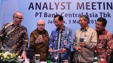 Presiden Direktur BCA, Jahja Setiaatmadja (tengah) bersama jajaran direksi saat paparan kinerja Bank BCA di Jakarta, (3/3). PT Bank Central Asia Tbk (BCA) mencatatkan kinerja keuangan positif di tahun 2015. (Liputan6.com/Angga Yuniar)