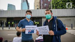 Para imigran melakukan aksi unjuk rasa di Kedubes Australia, Jakarta, Senin (5/4/2021).  Mereka berharap bisa segera dapat hidup di negara tujuan mereka Australia (negara ketiga) dengan nasib mereka yang terkatung-katung di negara transit (indonesia) tanpa kejelasan. (Liputan6.com/Faizal Fanani)