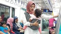 Tina Talisa bercanda bersama putrinya saat naik MRT (Dok.Instagram/@tina_talisa/https://www.instagram.com/p/BwzXU2bgyW6/Komarudin)