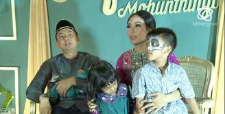 Ayu Dewi mengungkapkan makna simbol pisang dan baju khas Gorontalo yang dipakainya.