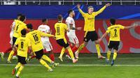 Pemain Borussia Dortmund Erling Haaland (kedua kanan) melakukan selebrasi usai mencetak gol ke gawang Sevilla FC pada pertandingan leg kedua babak 16 besar Liga Champions di Dortmund, Jerman, Selasa (9/3/2021). Laga berakhir imbang 2-2. (AP Photo/Martin Meissner, Pool)
