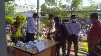 Pengecekan STRP terhadap penumpang KRL di Stasiun Tangerang, Senin (12/7/2021).  (Liputan6.com/ Pramita Tristiawati)