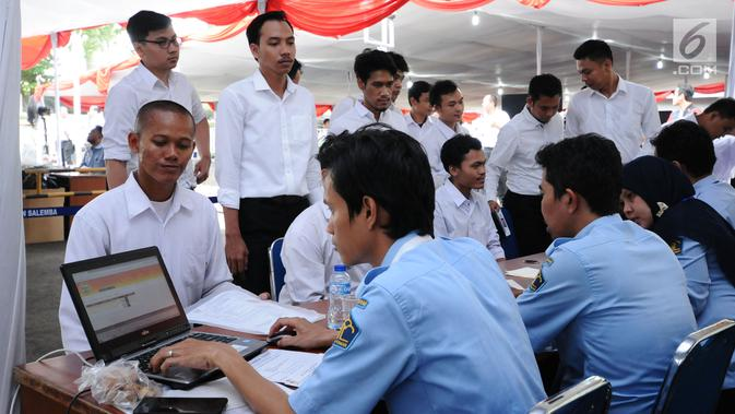 Peserta tes seleksi CPNS Kemenkumham saat pengecekan keabsahan administrasi di gedung BKN, Jakarta, Senin (11/9). Pada 2017, tercatat 1.116.138 pelamar CPNS mendaftar di lingkungan Kemenkumham. (Liputan6.com/Helmi Fithriansyah)