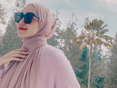Kerap tampil modis, gaya Melody Prima sering menjadi  inspirasi para wanita. Untuk menambah gaya busananya, ibu satu anak ini kerap menggunakan kacamata hitam.(Liputan6.com/IG/@melodyprima)