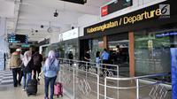 Calon penumpang memasuki pintu keberangkatan di Bandara Halim Perdanakusuma, Jakarta, Rabu (13/2). Jumlah penumpang di jalur penerbangan domestik Bandara Halim menurun sebesar  18,38 persen sejak kenaikan harga tiket pesawat. (Merdeka.com/Iqbal S Nugroho)